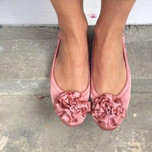 Satin Ballerinas in Rosé mit großer Rüschenblume