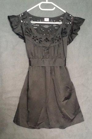 Satin Cocktail Kleid von Lipsy mit edler Stickerei am Rücken - Schwarz