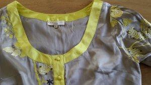 Satin Kleid mit aufwendiger Stickerei v. Essetiel Antwerp, ugetragen