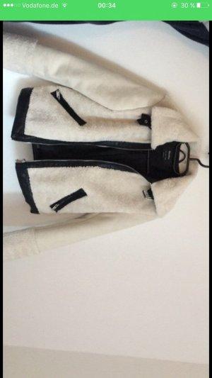 Schaffell Jacke aus Leder (kein echtes Leder/Fell)  aus Bershka