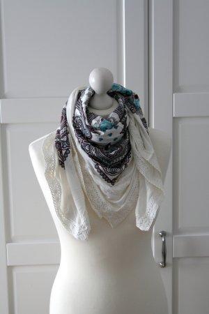 Schal aus Tshirt-Stoff mit Blumen und Spitzenborte von Vero Moda