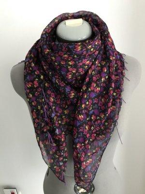 Schal in lila-Flieder-pink Farbe.