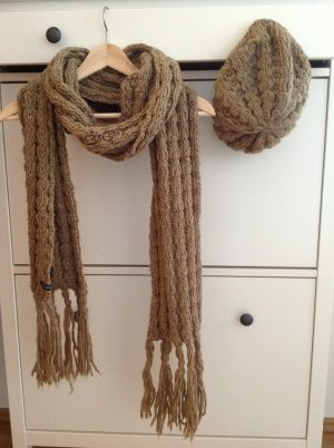 Schal und Mütze von Hallhuber