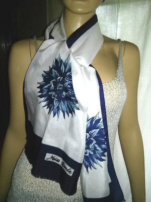 Schal von Miss Renee - weiss mit blauer Blüte