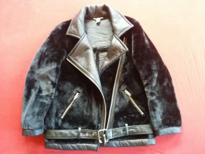 Schicke Fake Fur Aviator Jacke aus schwarzem Kunstfell von H&M