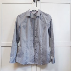 schicke graue Bluse mit Knopfleiste