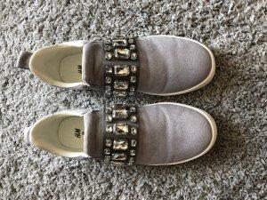 schicke graue H&M Sneaker mit Stein Verzierung