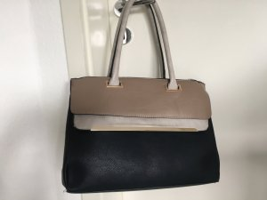 Schicke Handtasche mit goldenen Details