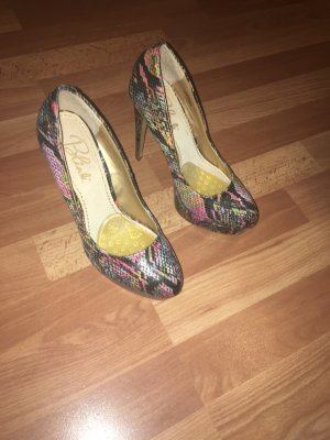 Schicke High Heels in bunter Schlangenoptik