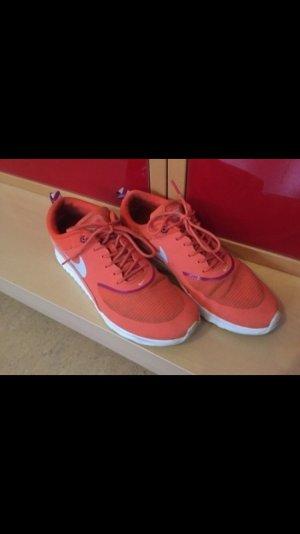 Schicke Nike Schuhe in einem schönen orange