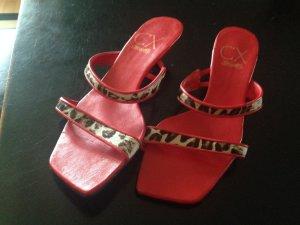 schicke rote Sandalette mit Leoriemchen