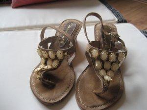 Schicke Sandale mit Steinen und Strass