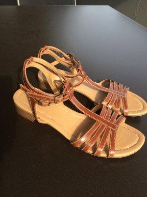 Schicke schlichte Sandalen