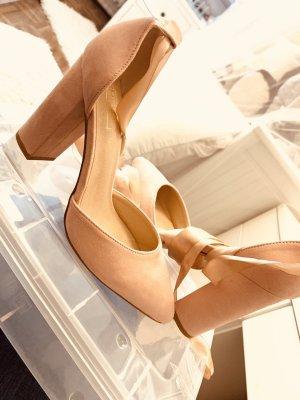 Schicke Schuhe in wildlederoptik