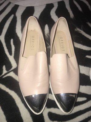 Schicke Schuhe mit zwei passenden Oberteile