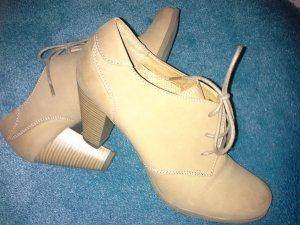 Schicke Schuhe zu Hose oder Kleid im Countrystil