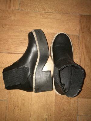Schicke schwarze Plateau Boots