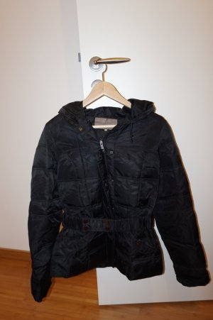 schicke, traillierte Daunenjacke in schwarz
