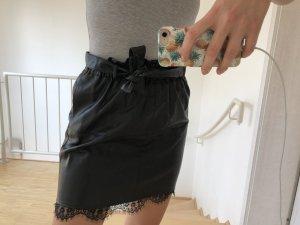 Schicker Lederrock mit Gürtel von Zara