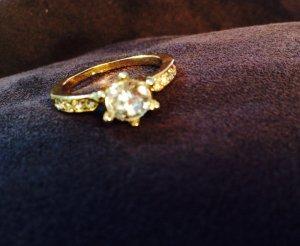 Schicker Ring mit einem großen und vielen kleinen Steinchen
