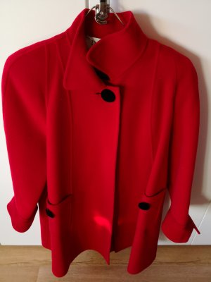 Schicker roter Mantel