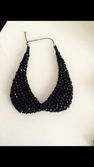 Schicker schwarzer Perlen Kragen