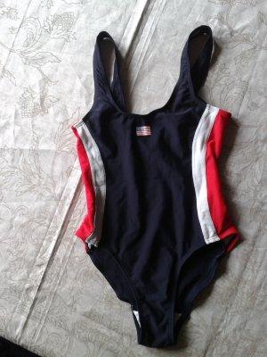 Schicker sportlicher Badeanzug mit amerikanischer Flagge