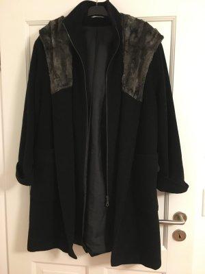 Schicker Wollmantel in schwarz mit Kunstfellkapuze