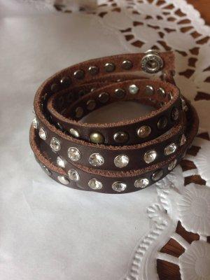 Schickes Armband mit Steinchen und Nieten.