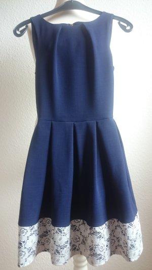 Schickes blaues Kleid mit weißem Spitzenrand