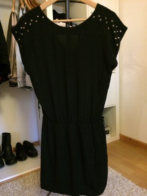 schickes Kleid mit Nietenverzierung von Zara
