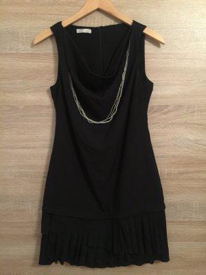 Schickes Kleid mit Wasserfallausschnitt und befestigter Kette