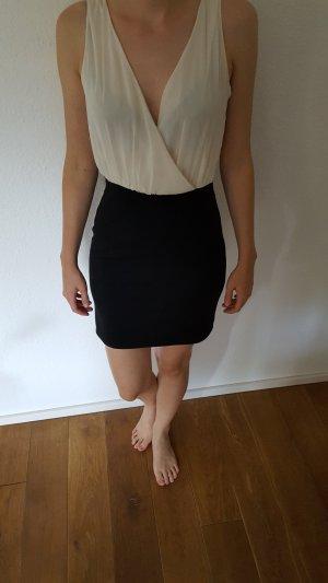 schickes Kleid mit wunderbaren cremefarbenen Blusenakzent