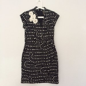 Schickes Kleid *schwarz-weiß gepunktet* V-Auschnitt und drapiertem Rockteil