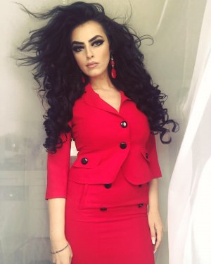 schickes kostüm in rot schwarz