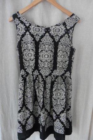 schickes leichtes gemustertes Kleid
