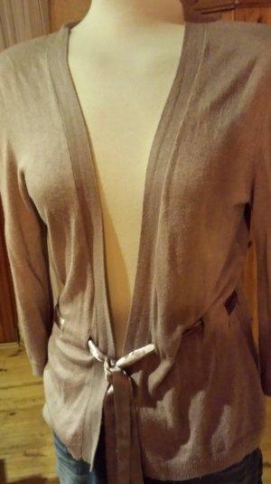 Schickes nudefarbenes Strickjäckchen