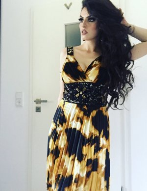 schickes riffelabendkleid in gold schwarz mit pailletten
