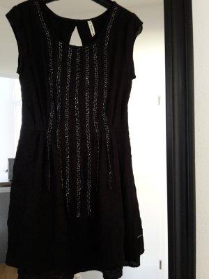 Schickes rückenfreies Kleid mit aufwendiger Perlenstickerei von PepeJeans