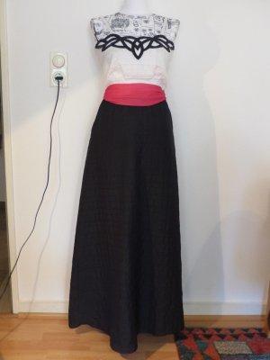 schickes schwarz weiß langes Kleid mit pinken Gürtel