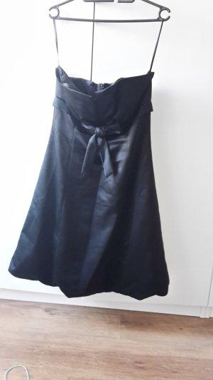 Schickes schwarzes Abendkleid mit Schleife