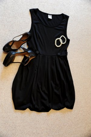 Schickes schwarzes Kleid, mit Dekoknöpfen auf der Taille