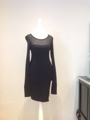 Schickes schwarzes Kleid mit modischen Abnähern