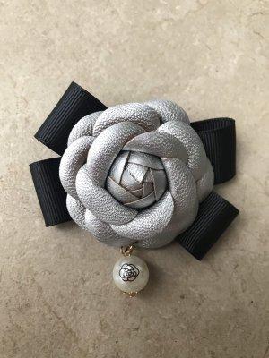 Schleife Brosche Anstecknadel im Chanel Stil Kamelie Blüte