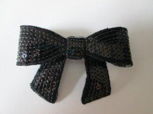 Schleifenbrosche aus schwarzen Pailletten