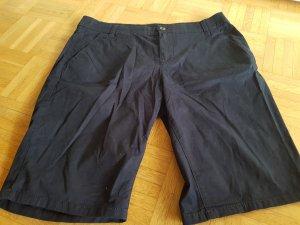 schlichte blaue kurze Hose