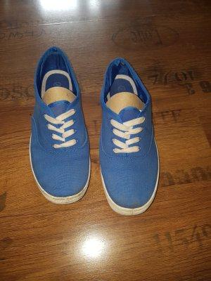 schlichte blaue Stoffschuhe
