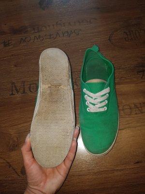 schlichte grüne Stoffschuhe