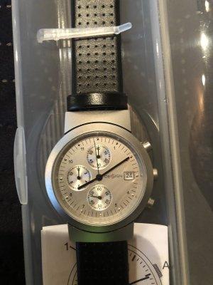 Schlichte schwarze Uhr
