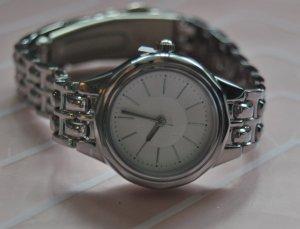 Schlichte silberne Uhr